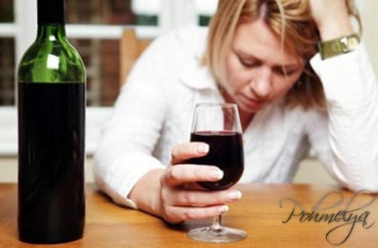 женщина пьет бокал вина