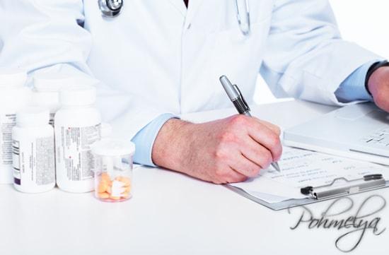 врач заполняет документ