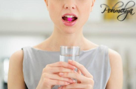 девушка запивает таблетку