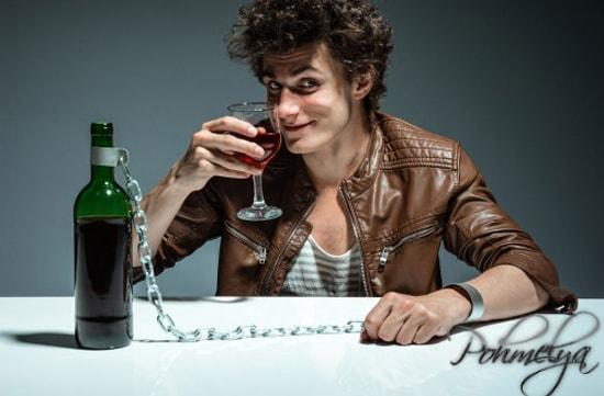 парень пьет вино